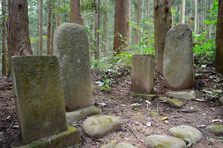 The graves of Kiyoakiko Tamura and Yukimurako Mada