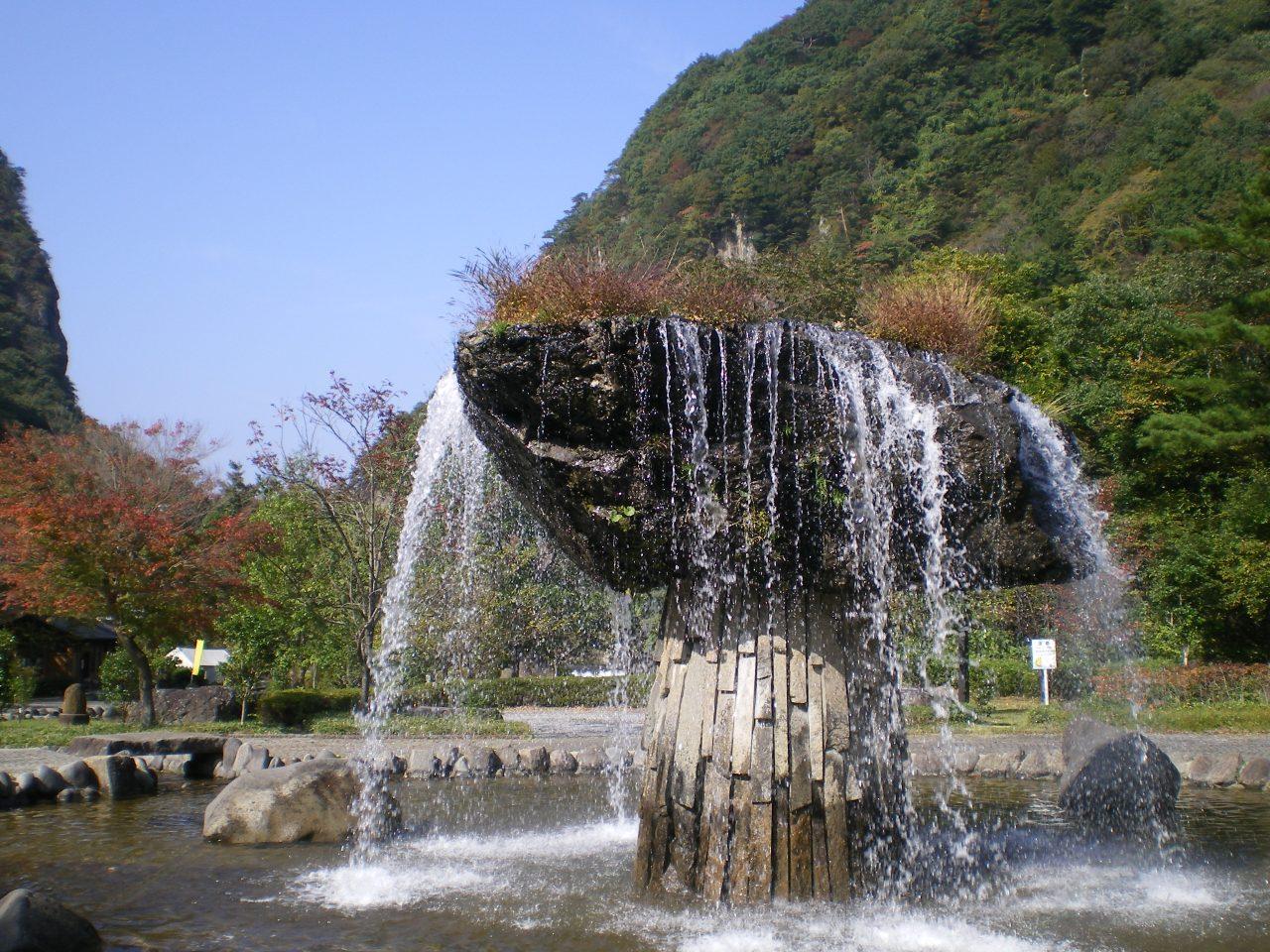 【사이모쿠이와공원(材木岩公園)】 나라의 천연기념물인 「자이모쿠이와(材木岩)」의 조형미를 간접적으로 느낄 수 있는「물과 돌의 대화의 공원(水と石との語らいの公園)」